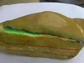 2.6万买的翡翠原石,一刀切出两条冰种黄加绿手镯,爆涨近10倍!